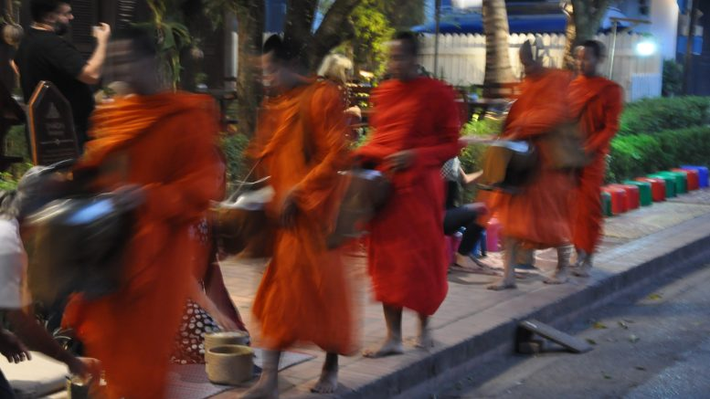 Luan Prabang, Laos. Die Morgenrunde der Möchen. Foto: Jürgen Kremb