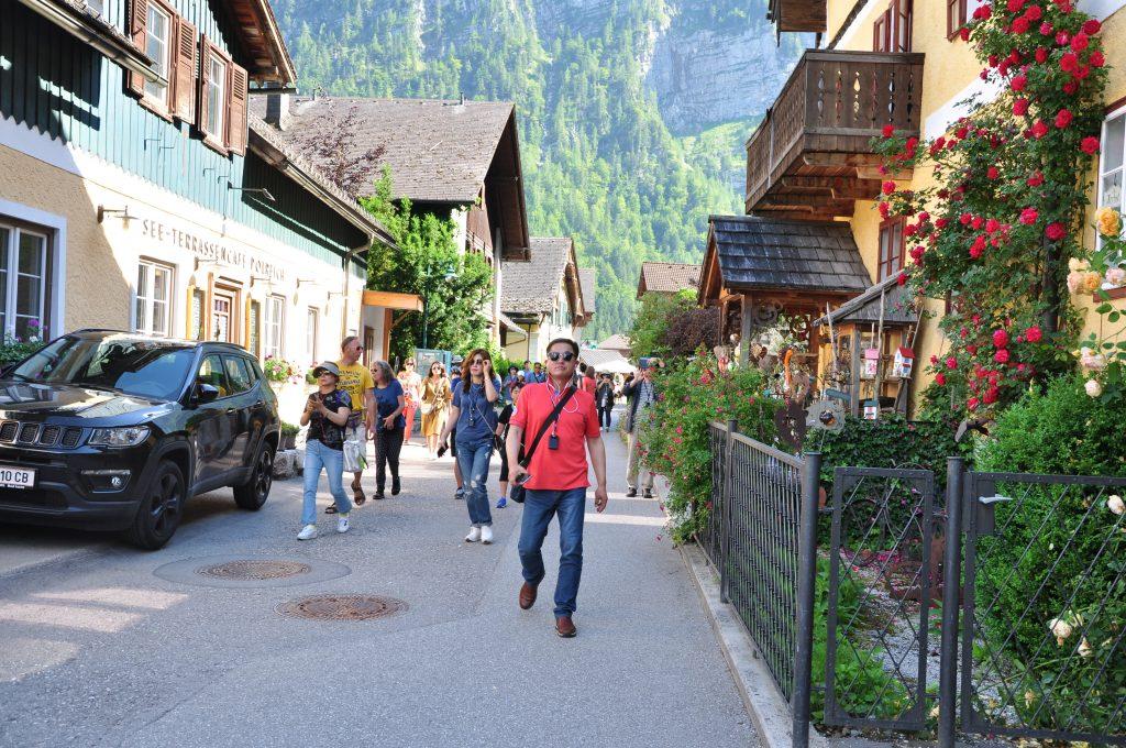 Chinesische Touristen in Hallstadt/ Österreich. Foto: Jürgen Kremb